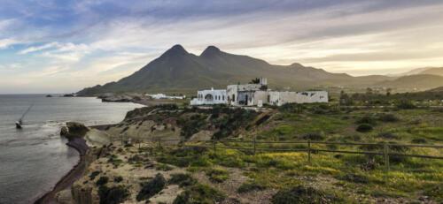 Típica casa andaluza en la costa de Los Escullos en el Parque Natural Cabo de Gata-Níjar, Almería, Andalucía, España