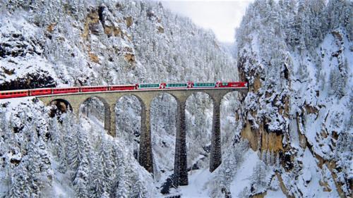Trein viaduct in de sneeuw
